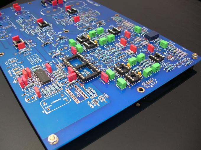 本次的1794 DAC随套件发送了详细的图纸和元件清单!大家按照图纸和元件清单正常安装应该会很快完成本DAC的组装! 但我们特别还是把本次的1794DAC的组装难度定义为高难度级,本DAC调整电压点有三处,调试比较简单,定义为高难度级的主要原因是元件众多,电阻基本达到100个,需要特别的仔细和小心!