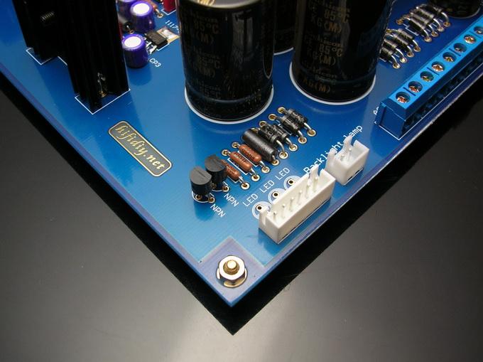 本DAC采用运放输出时的测试参数: 10-20KHZ -0.6DB  FFT指标:  言归正传.一下将是您收到的套件(套件会附带装机说明和图纸):  安装的顺序是从小到大,安装的时候请一定特别注意那几个贴片元件的焊接,这个是影响整个成功的关键,然后一定不要用焊锡膏焊接数字线路(如果自己没有能力焊接,建议可以找本地修手机的协助焊接)  焊接的之后建议把电阻脚的氧化层刮去后再焊接,然后一定测量后再焊接!